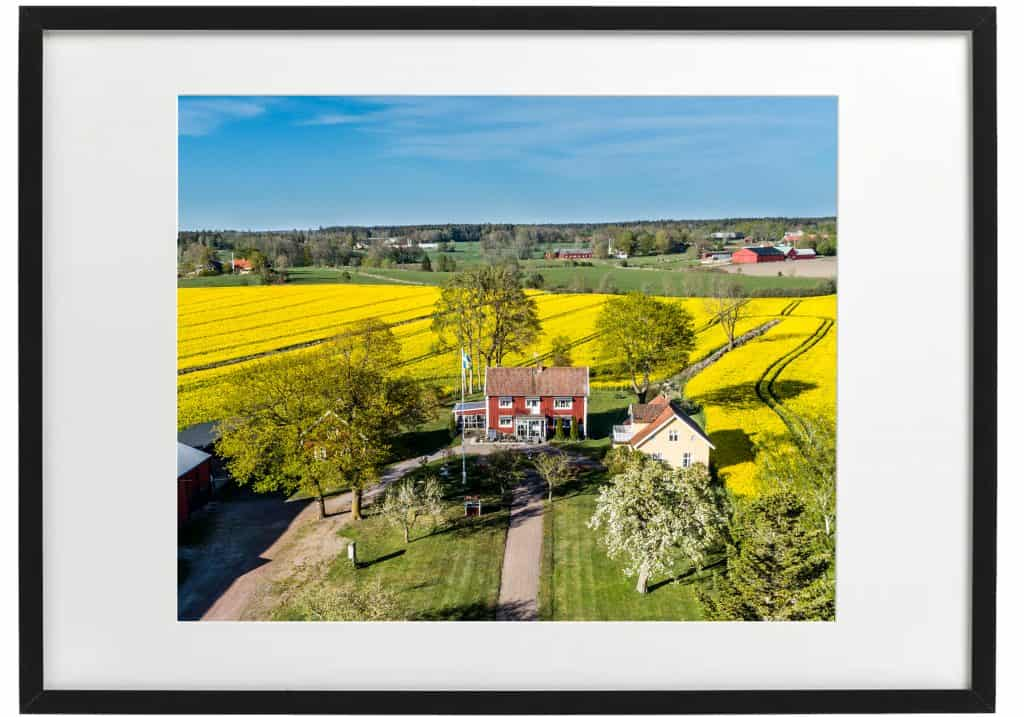 Flygfoto över gård i, svart ram. Skaffa ditt eget fina fotografi över ditt hus hos hus-foto.se.