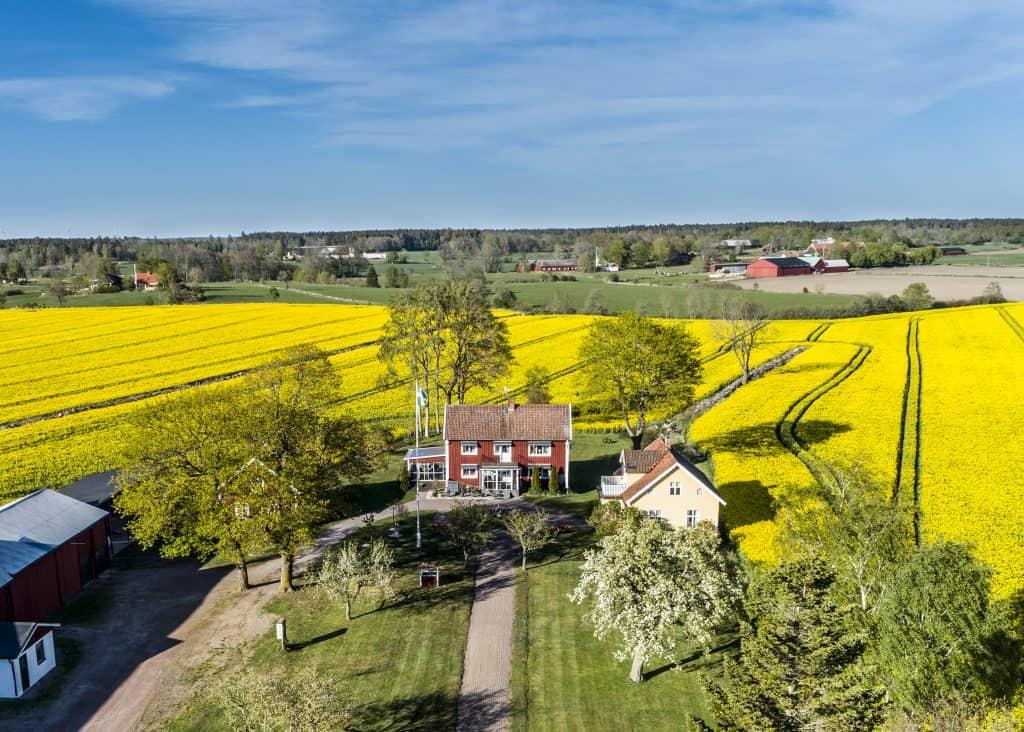 Skapa en fototavla av ett flygfotografi av din gård eller ditt lantbruk. Det blir en fantastisk tavla att hänga på väggen. Kontakta hus-foto.se, och beställ.